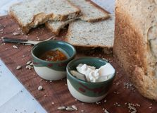 Un petit déjeuner savoureux et sain dans une table en bois au-dessus d'un fond blanc photo stock