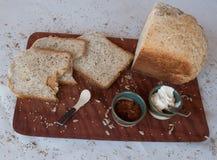 Un petit déjeuner savoureux et sain dans une table en bois au-dessus d'un fond blanc images libres de droits