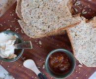 Un petit déjeuner savoureux et sain dans une table en bois au-dessus d'un fond blanc image stock