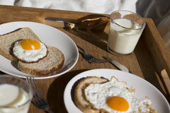Un petit déjeuner sur un plateau Images stock
