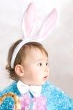 Un petit enfant dans le lapin de vêtements Photo libre de droits