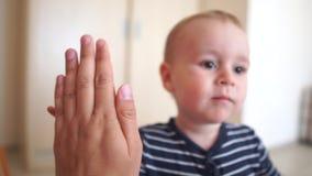 Un petit enfant donne cinq à un adulte à l'intérieur au ralenti banque de vidéos