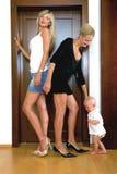 Un petit enfant et deux femmes Images libres de droits