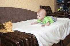 Un petit enfant regarde t avec surprise images stock