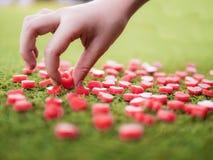 Un petit essai de main pour sélectionner la forme de coeur faite à partir de la bougie Photographie stock