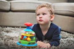 Un petit garçon au jeu photos stock