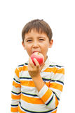Un petit garçon avec une pomme Photo stock