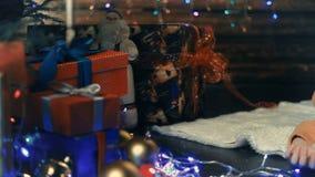 Un petit garçon décore un arbre de Noël banque de vidéos