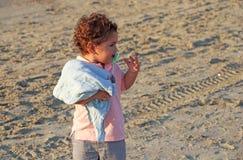 Un petit garçon dans la plage photos libres de droits
