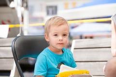 Un petit garçon et un épi de maïs Photos stock
