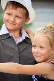 Un petit garçon et une fille dans une scène romantique Photo stock