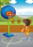 Un petit garçon jouant le basket-ball Photos stock