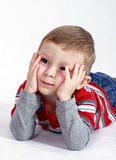 Un petit garçon pense? Photo stock