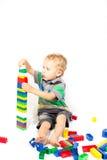 Un petit garçon pour construire une tour de Lego Photos stock