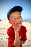 Un petit garçon sur la plage Images libres de droits