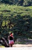 Un petit gosse de l'Inde dans le jardin avec la pensée profonde photographie stock