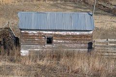 Un petit hangar superficiel par les agents Photos stock