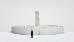 Un petit homme d'affaires se tenant devant un labyrinthe rond blanc où une pile énorme de factures d'argent domine au centre Photographie stock