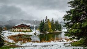 Un petit lac idyllique de montagne près de Montreux en Suisse en hiver tôt photo libre de droits