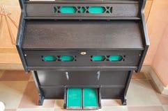Un petit organe musical noir en bois portatif pour jouer la musique, un vieux piano médiéval antique, un instrument de musique images stock