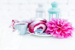 Un petit pain rouge de gâteau de velours découpé en tranches avec la tasse de café ou thé et fleurs Photos stock