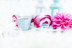 Un petit pain rouge de gâteau de velours découpé en tranches avec la tasse de café ou thé et fleurs Photos libres de droits