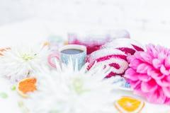 Un petit pain rouge de gâteau de velours découpé en tranches avec la tasse de café ou thé, fleurs et oranges sèches Photo libre de droits