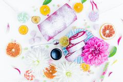 Un petit pain rouge de gâteau de velours découpé en tranches avec la tasse des fleurs de café et de la sucrerie, oranges sèches V Images libres de droits
