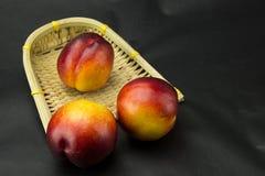 Un petit panier d'exquis, panier de nectarine rouge Photos libres de droits