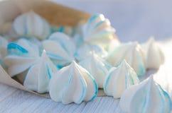 Un petit paquet des biscuits de sucre sur une table Image stock