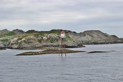 Un petit phare sur les roches, Norvège Image libre de droits