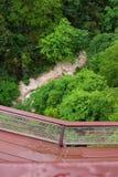 Un petit pont piétonnier au-dessus du précipice Photo libre de droits