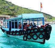 Un petit port avec beaucoup de bateaux de voyage à la plage de Nha Trang Photos stock
