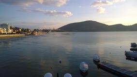 Un petit port avec quelques bateaux Photographie stock libre de droits
