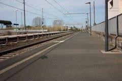 Un petit poste local abandonné au cours de la journée trottoir pour les passagers de attente attendant des trains pour leurs voya photographie stock libre de droits