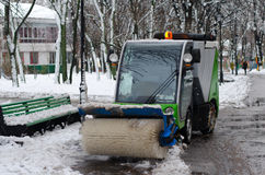 Un petit véhicule de nettoyage en parc Photo libre de droits