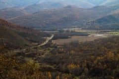 Un petit village dans la forêt Photo stock