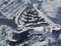 Un petit village dans la neige Images libres de droits