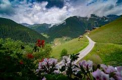 Un petit village dans le beau paysage montagneux chez Innervillgraten, Autriche photo stock