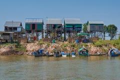 Un petit village des pêcheurs avec des maisons d'une pile Photos libres de droits