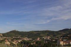 Un petit village européen dans les montagnes Photos libres de droits