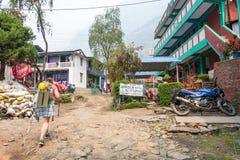 Un petit village sur une route de montagne le 28 mars 2018 au Népal Photographie stock libre de droits