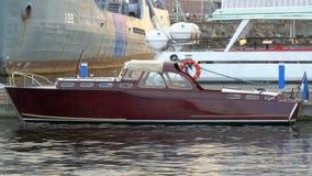 Un petit vintage comme le yacht pour l'usage privé sur le dock GH4 4K banque de vidéos