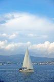 Un petit yacht Photos stock