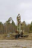 Un petróleo pozo con un bombeo de balanceo de la barra Fotos de archivo