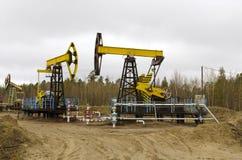 Un petróleo pozo con un bombeo de balanceo de la barra Imagen de archivo