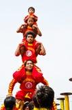 Un peuple non identifié faisant des acrobates de pyramide Image libre de droits