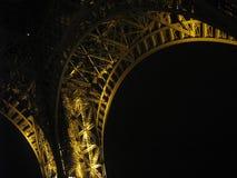 Un pezzo della torre Eiffel alla notte fotografia stock libera da diritti