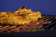 Un pezzo di carne dei polli sulla griglia Fotografia Stock Libera da Diritti