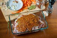 Un pezzo di carne di maiale cruda farcito con le carote, aglio fotografie stock libere da diritti